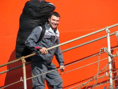 На борт судна с рюкзаком с климатической одеждой - Е.Медвёдкин (гидрограф)