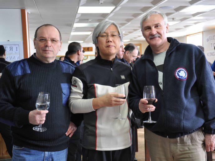 Рядом с начальником южнокорейской антарктической станции «Кинг Седжонг» д-ром Сун Ду Хур во время празднования дня основания станции