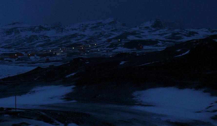 Поселок. Чилийская и российская станции в ночи.