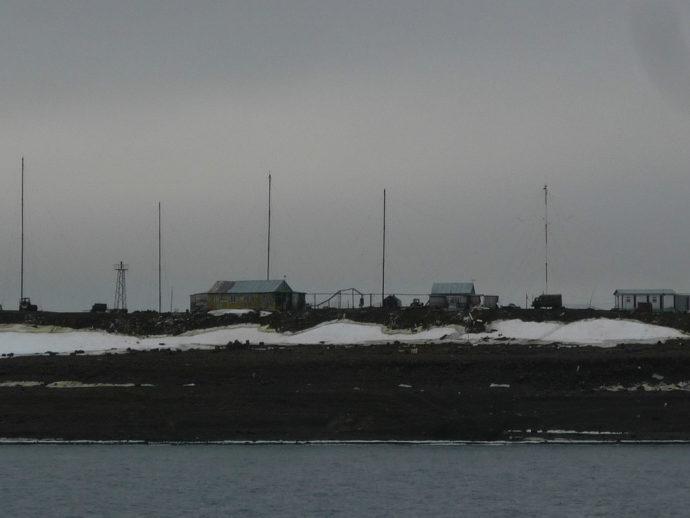 """Вид метеостанции """"Остров Хейса"""" с борта судна"""