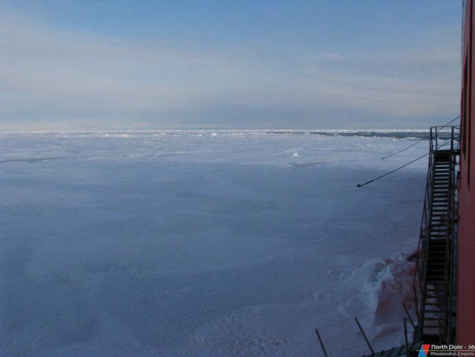 Судно пришвартовалось к льдине ледовыми якорями