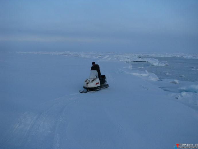 Томаш Петровский совершает объезд льдины, на которой находится станция