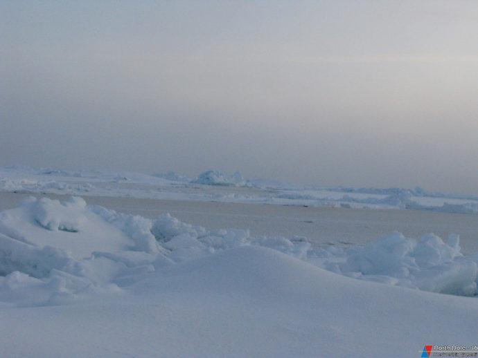 Замерзшее разводье неподалеку от станции