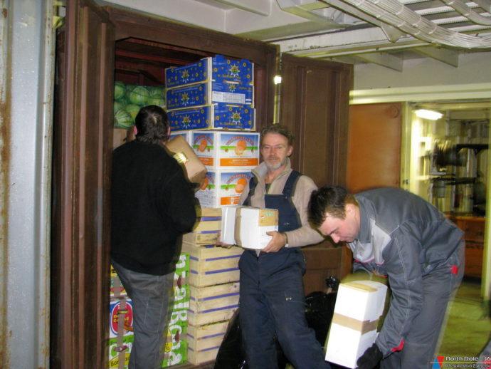 Укладка овощей в контейнер. Т.Петровский, А.Корнилов и Е.Медвёдкин