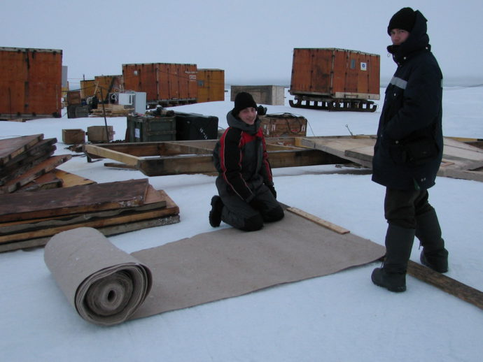 Метеоролог И.Бобков и ледовик Н.Кузнецов на сборке жилого домика