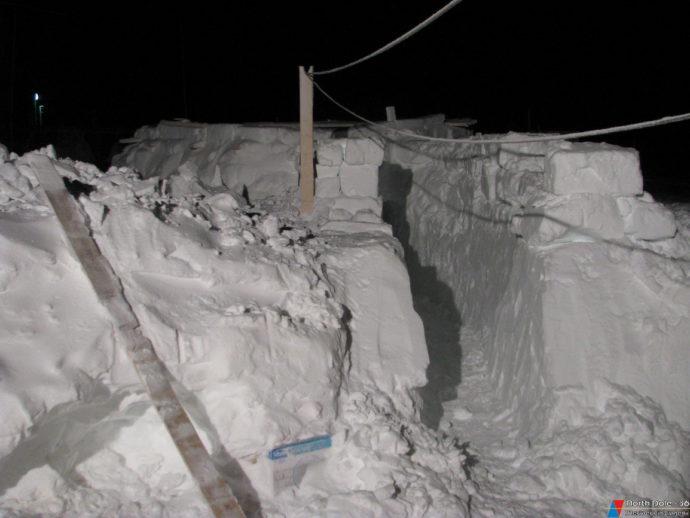 Снежный коридор вокруг излучателя эхолота, воздвигнутый Гидрографом Е. Медведкиным