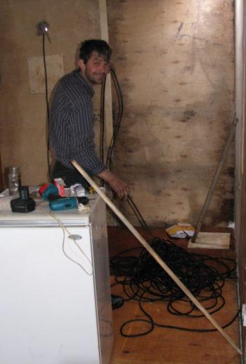 Начальник ДЭС А.Климов выполняет электротехнические работы внутри кают-компании