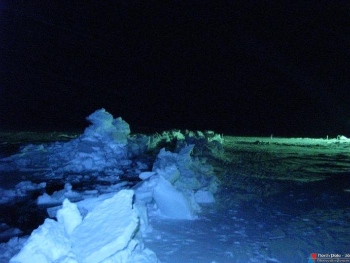 Свежая трещин в ледяном покрове вблизи станции