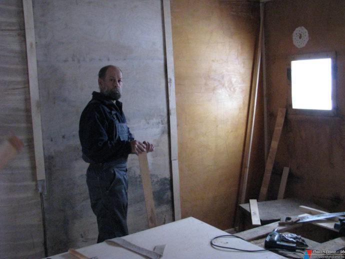 Аэролог Ю.Громов на отделке кают-компании