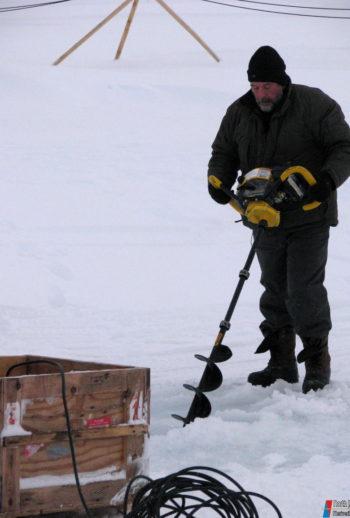 Т. Петровский выбуривает лунку во льду под излучатель эхолота