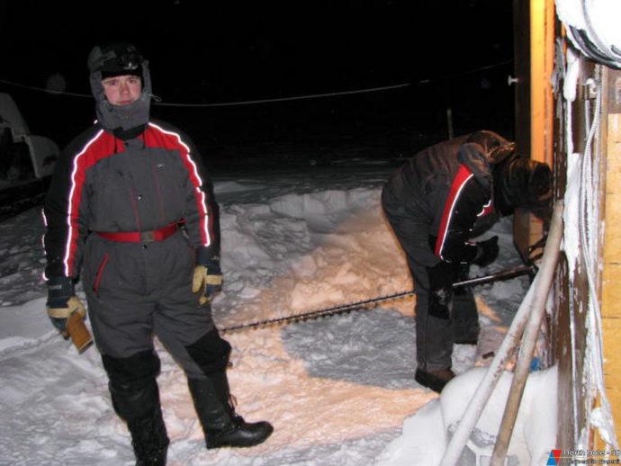 Ледоисследователи Н.Кузнецов и Т. Петровский готовятся к работе на ледовом полигоне