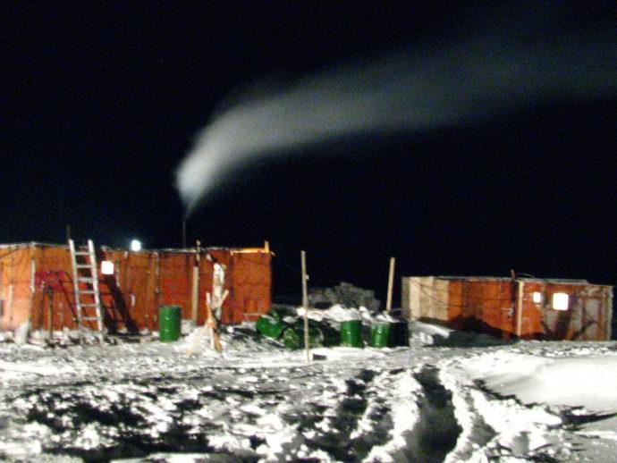 Ночной вид дизельной. Только дым из трубы, а вокруг темень