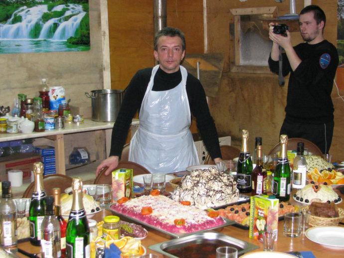 Хозяин камбуза, мастер кулинарии – В. Семенов