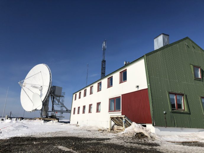 http://churun.ru/wp-content/uploads/2020/05/Isfiord_Radio_sputnikovaya_antenna-690x518.jpg